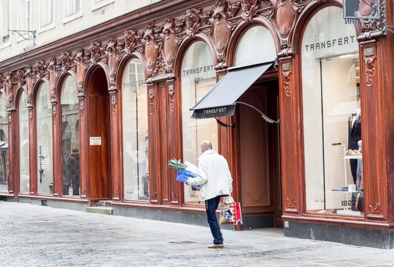 vitrine de boutique en bois dans le centre ville de Rennes
